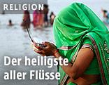 Inderin mit Opfergabe am Ufer des Ganges