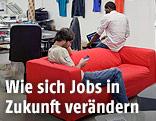 Menschen arbeiten an Laptops und Smartphones in einem Co-Working-Office