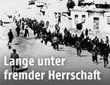 Marsch von Armeniern unter Aufsicht von türkischen Soldaten (Archivbild aus dem Jahr 1915)