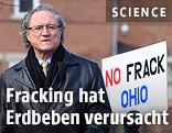 """US-Politiker Bob Hagan neben einem Schild mit der Aufschrift """"No Frack Ohio"""""""