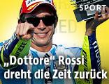 Jubel von Valentino Rossi (ITA/Yamaha) mit Trophäe