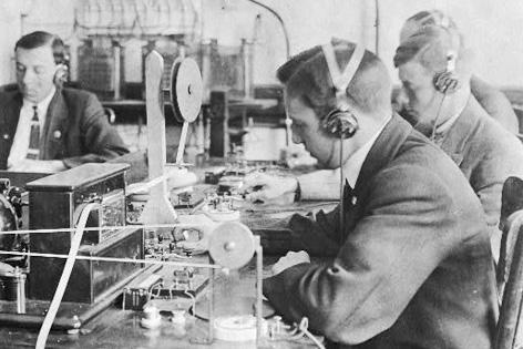 Schüler der Marconi Wirleless School in New York City üben den Umgang mit Funktechnik (1912)