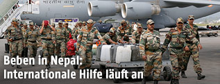 Militärflugzeug mit Hilfsgütern