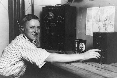 Junger Radiohörer mit selbstgebauter Ausrüstung im Jahr 1922