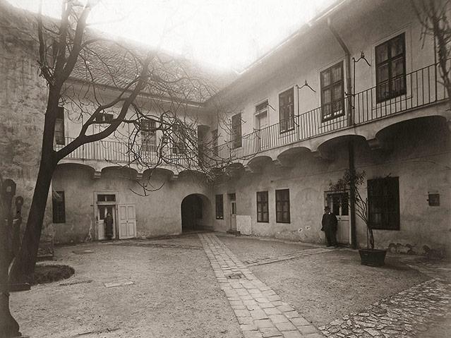 Hof mit Laubengängen in der Herrengasse, um 1910