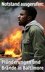 Mann geht vor einem brennenden Auto