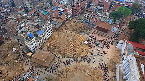 Luftaufnahme von einer Drohne von den Zerstörungen in Nepal