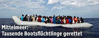 Flüchtlinge auf einem Rettungsboot