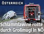 Einsatzfahrzeug der Feuerwehr Hollabrunn steht auf einer überfluteten Straße