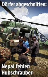 Hilfsgüter werden aus einem Hubschrauber geladen