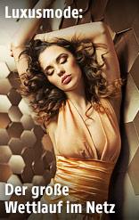 Ein Model in einem goldenen Kleid