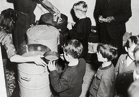 Ausspeisung von Kindern 1945 in Wien