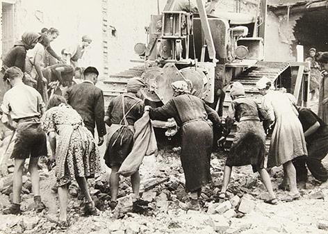 Aufräumarbeiten von Trümmerfrauen