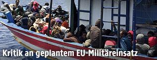 Flüchtlingsboot vor libyscher Küste