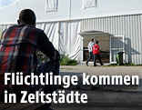 Flüchtlinge vor Zelt