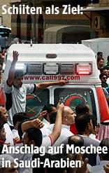 Rettungsfahrzeug bahnt sich einen Weg durch die Menschenmenge