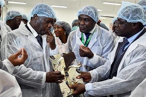 Der Präsident der Elfenbeinküste, Alassane Ouattara, kostet Schokolade