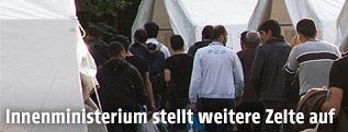 Flüchtlinge beziehen die bereitgestellten Zelte