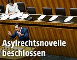 Bundesministerin Johanna Mikl-Leitner (ÖVP), FPÖ-Chef Heinz Christian Strache und Bundesminister Gerald Klug (SPÖ) im Rahmen einer Sitzung des Nationalrates