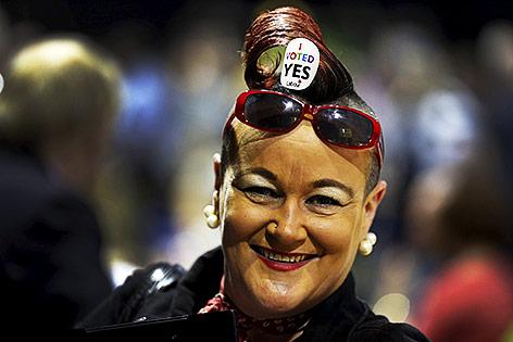 """Eine Frau hat im Kopfhaar einen Sticker mit der Aufschrift """"I voted Yes"""""""