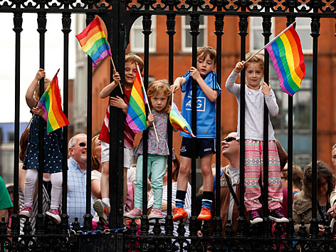 Kinder mit Regenbogenfahnen