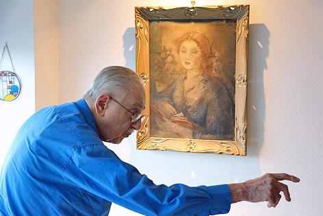 Edward Engelberg vor einem Gemälde von Otto Theodor Stein
