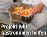 Koch mit Schüssel voller Gemüse