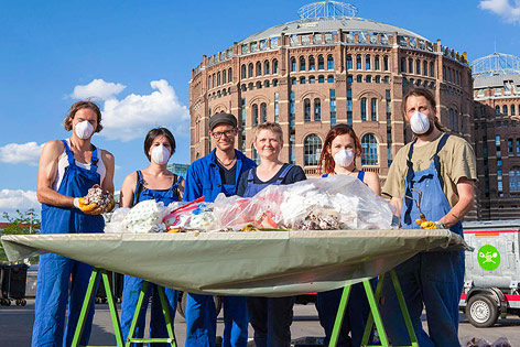 David Groß mit Felicitas Schneider und ihrem Team bei der Müllanalyse
