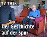 Mann sitzt auf Sofa