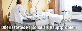 Spitalspersonal schiebt ein Krankenbett