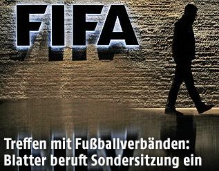 Silhouette eines Mannes und FIFA-Logo