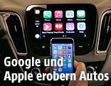 Ein iPhone vor einem Display im Auto