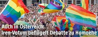 Regenbogen-Fahnen im Publikum