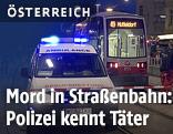 Ambulanz mit Blaulicht und die betroffene Straßenbahn