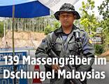 Ein malaiischer Polizist an der Grenze zu Thailand