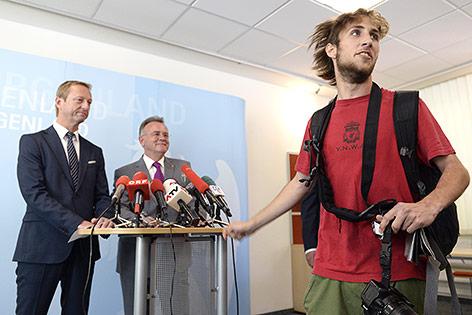 """Ein Aktivist der """"Offensive gegen Rechts"""" vor dem burgenländische SPÖ-Parteichef LH Hans Niessl und FPÖ-Landesparteichef Johann Tschürtz"""