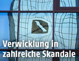 Reflektion des Deutsche-Bank-Logos in einer Glasfassade