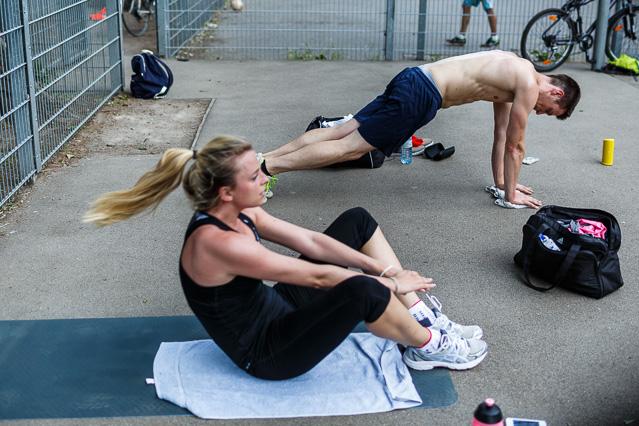 Menschen bei Fitnessübungen im Park