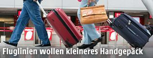 Passagier mit Handgepäck am Flughafen