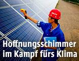 Ein Arbeiter inspiziert Solarpanels einer Solarfarm in Dunhuang