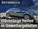 Zerstörtes Auto in einem Unwettergebiet