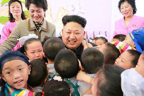 Nordkoreas Staatschef Kim Jong Un umgeben von Kindern