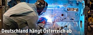 Arbeiter schweißt Metallteile zusammen