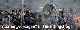 Syrische Flüchtlinge klettern über Grenzzaun in die Türkei