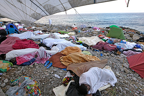 Flüchtlinge schlafen am Strand