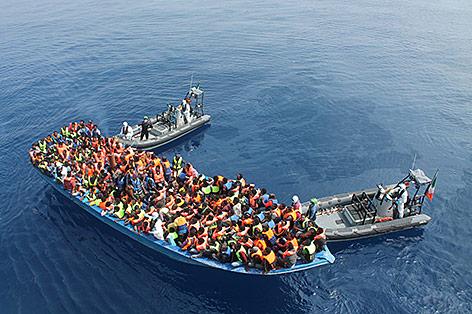 Flüchtlinge wollen auf einem Boot nach Italien kommen
