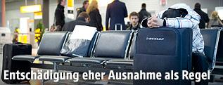 Mann wartet am Flughafen