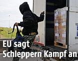 Ein Migrant springt aus einem Lastwagen