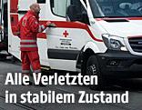 Rettungssanitäter neben Rettungsauto