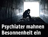 Depressiver Mann sitzt in einem Tunnel